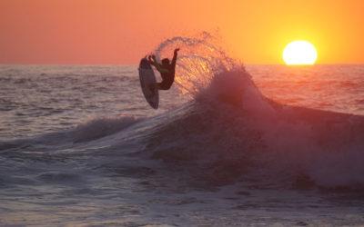 Surfear en la playa de Itzurun