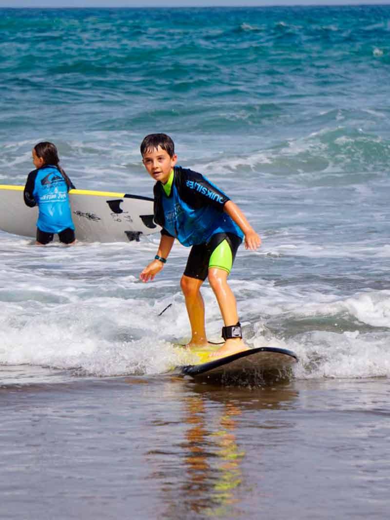 Haciendo surf durante el Surf Camp - Surfing Zumaia