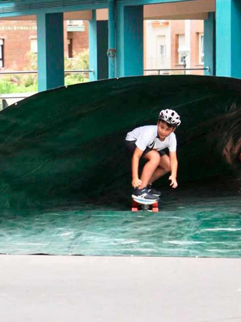 Practicando skate durante el Surf Camp- Surfing Zumaia