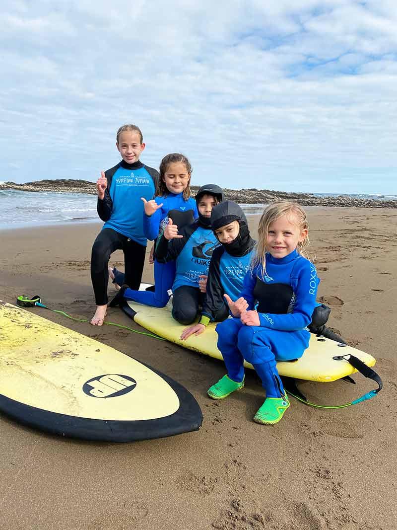 Niñas y niños en el Surf Camp de Surfing Zumaia