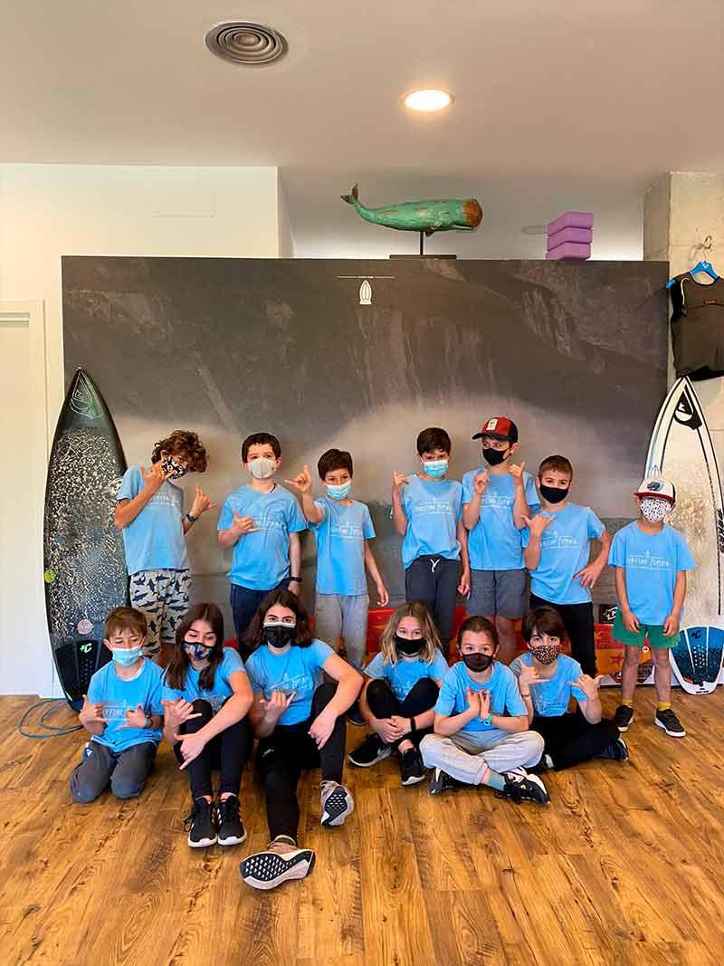 Niñas y niños de Surfing Zumaia durante el Surf camp