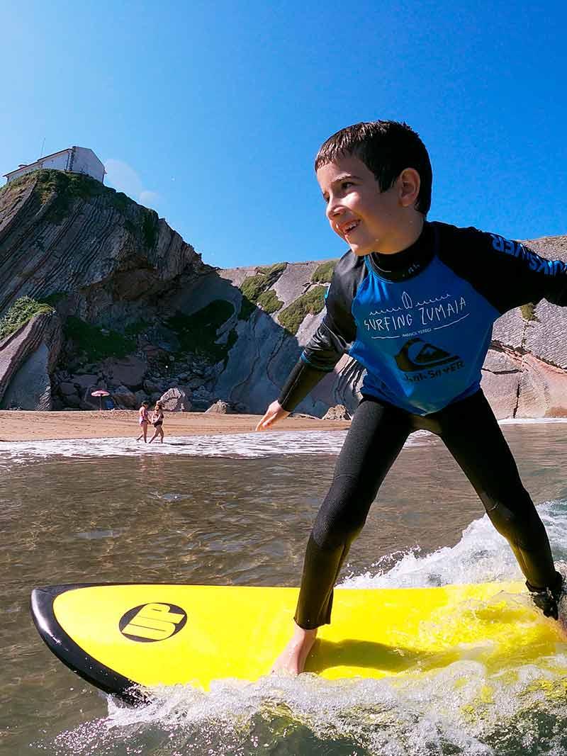Disfrutando del surf en el Surf Camp de Surfing Zumaia